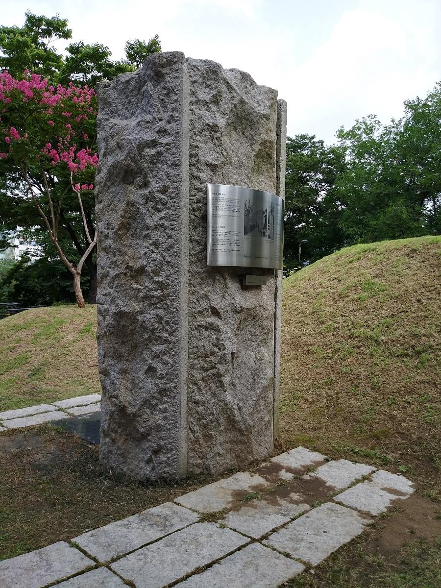 거꾸로 세운 동상 앞 ©오하라미