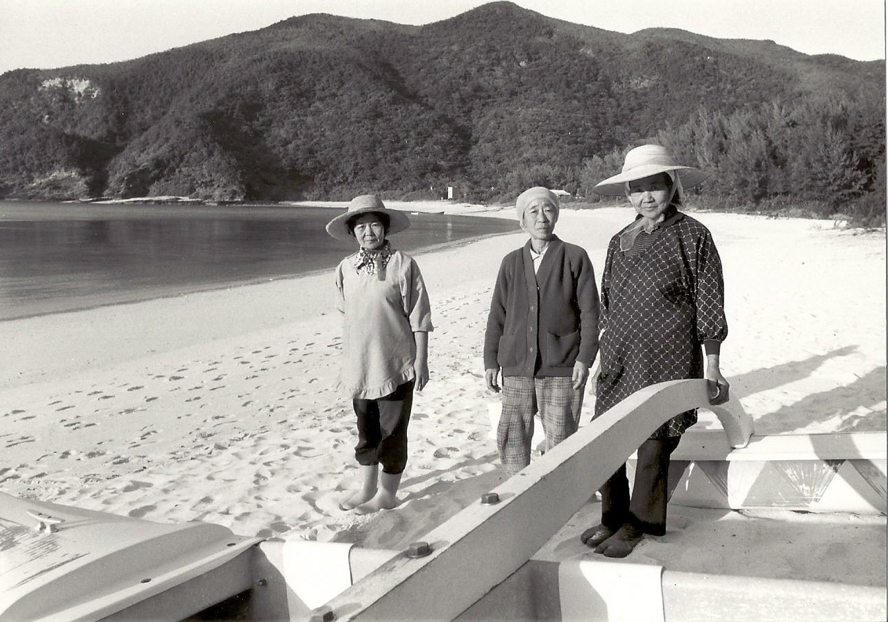나칸다카리 하쓰코 씨(왼쪽)와 신자토 요시에 씨(오른쪽)와 함께 바닷가에서. 가운데가 배봉기이다. ⓒ가와타 후미코