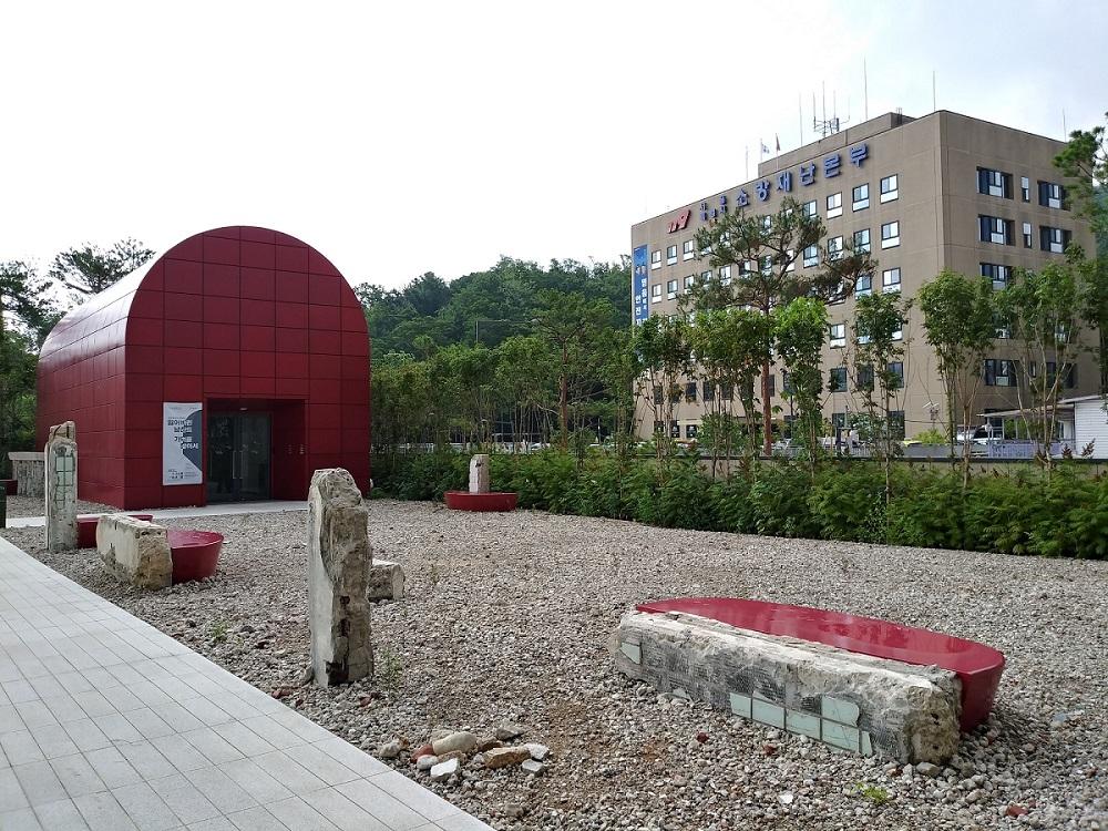 남산예장공원. 빨간 건물이 기억6전시관이고, 그 너머로 서울소방재난본부가 있다. ©오하라미