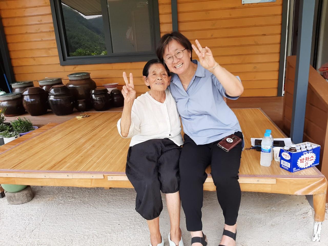 박필근 할머니(왼쪽)와 금박은주 포항여성회 대표 ⓒ포항여성회