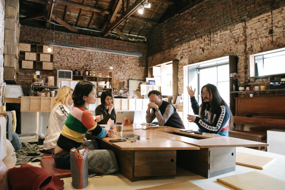 복합문화예술공간 '행화탕'에서 인터뷰이들이 이야기를 나누고 있다.