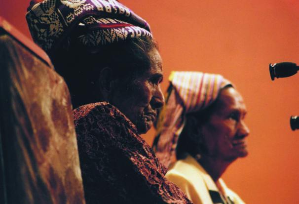 2000년 여성법정에 참석하여 증언을 하고 있는 동티모르 '위안부' 2명 (사진제공 : 바우락)