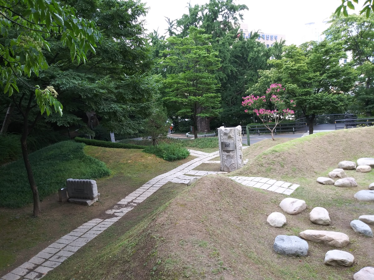 세상의 배꼽(오른쪽), 거꾸로 세운 동상(가운데), 통감관저 터 표석(왼쪽)이 보인다. ©오하라미