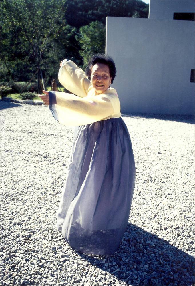 1998년 나눔의집에 방문한 송신도가 김순덕의 한복을 빌려입고 신이 나 나눔의집 마당에서 전통 춤사위를 선보이고 있다. ⓒ가와타 후미코