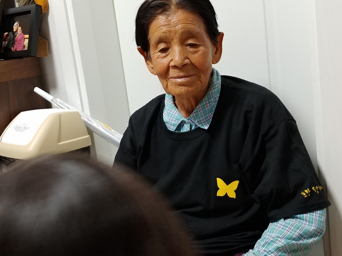 2019.9.21. 평화나비 티셔츠를 입은 할머니 ⓒ포항여성회