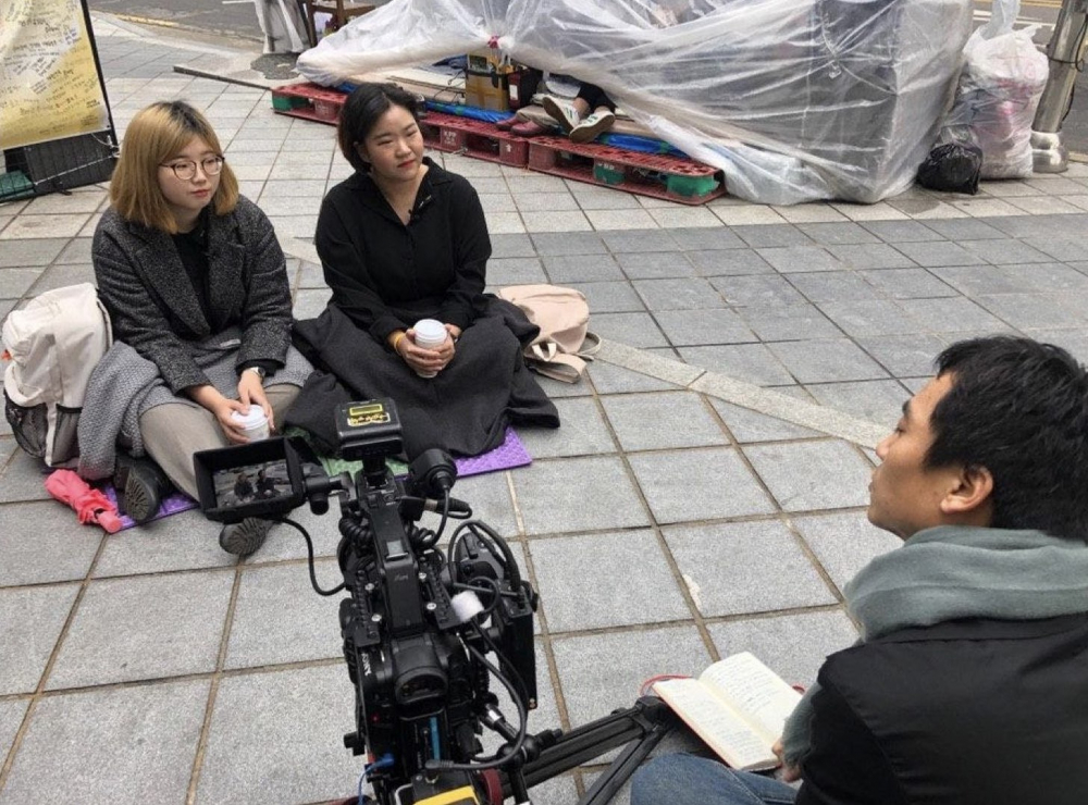 2019년 3월, 평화의 소녀상 근처에서 평화나비 대학생들을 인터뷰 하고 있다. (사진 제공 : 송원근)
