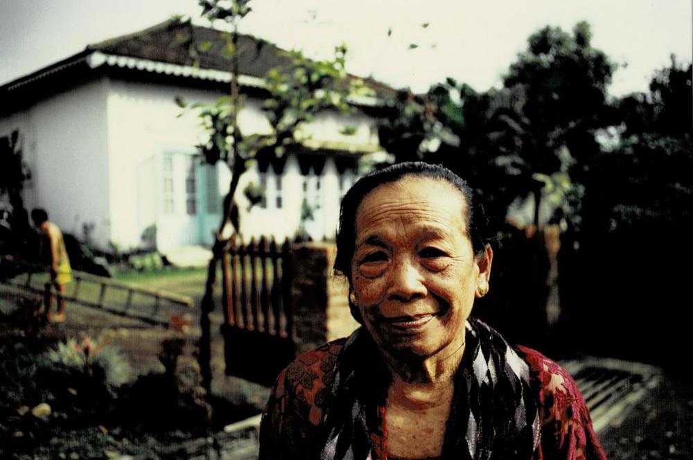네덜란드 식민지 시절 지어진 장교주택 앞에 서 있는 스하나 씨 ⓒ가와타 후미코