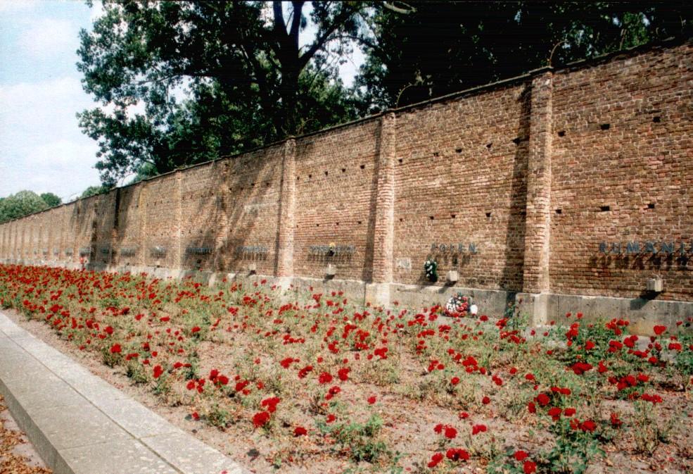 라벤스브뤽 여자수용소 기념관의 벽. 수용소에 끌려온 여성들의 출신국가가 적혀있다. ©wikimedia commons