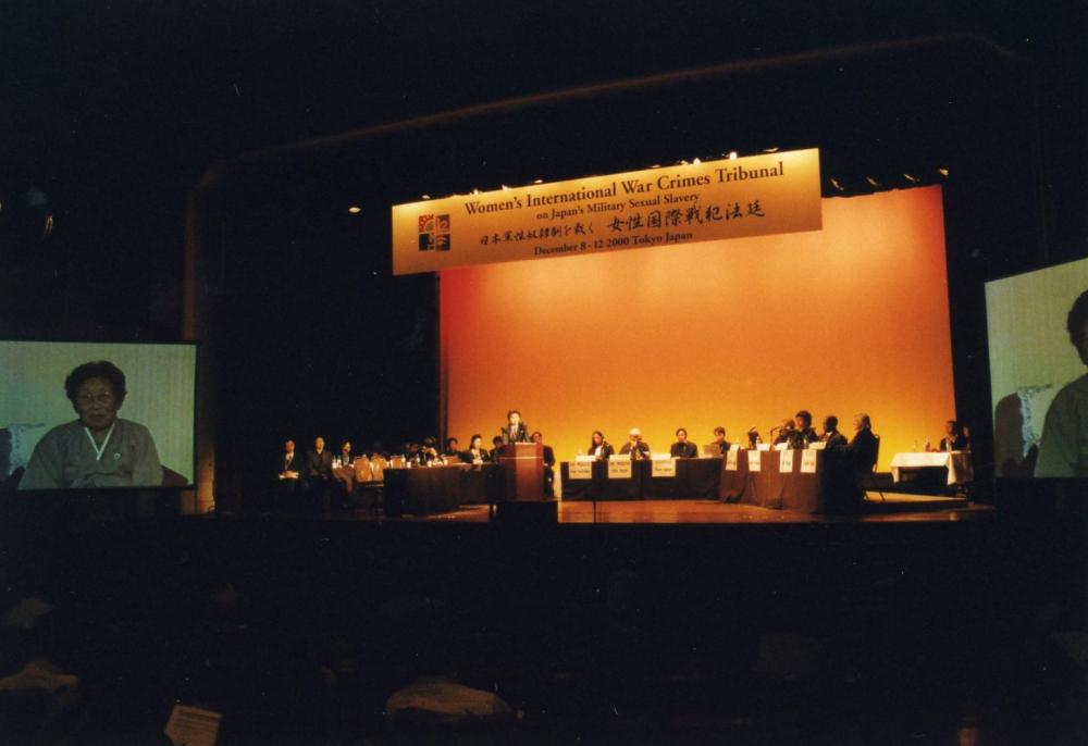 2000년 여성법정에서 비디오증언을 하고 있는 북한 박영심 (사진 속 좌측 영상/ 사진제공 : VAWW RAC)