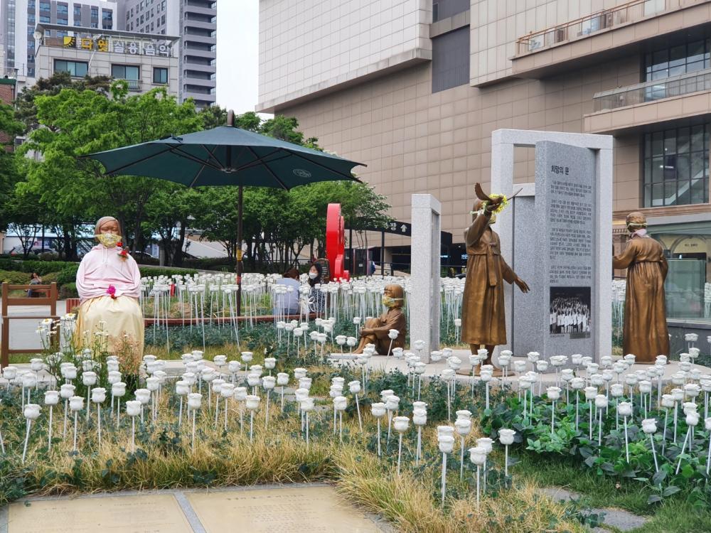 왕십리광장에 있는 네 개의 동상 (사진: 어효은)