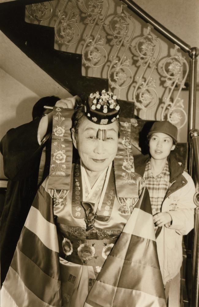 전통혼례 복장을 입은 김복동이 카메라를 쳐다보며 웃고 있다.  (사진 제공 : 나눔의 집)