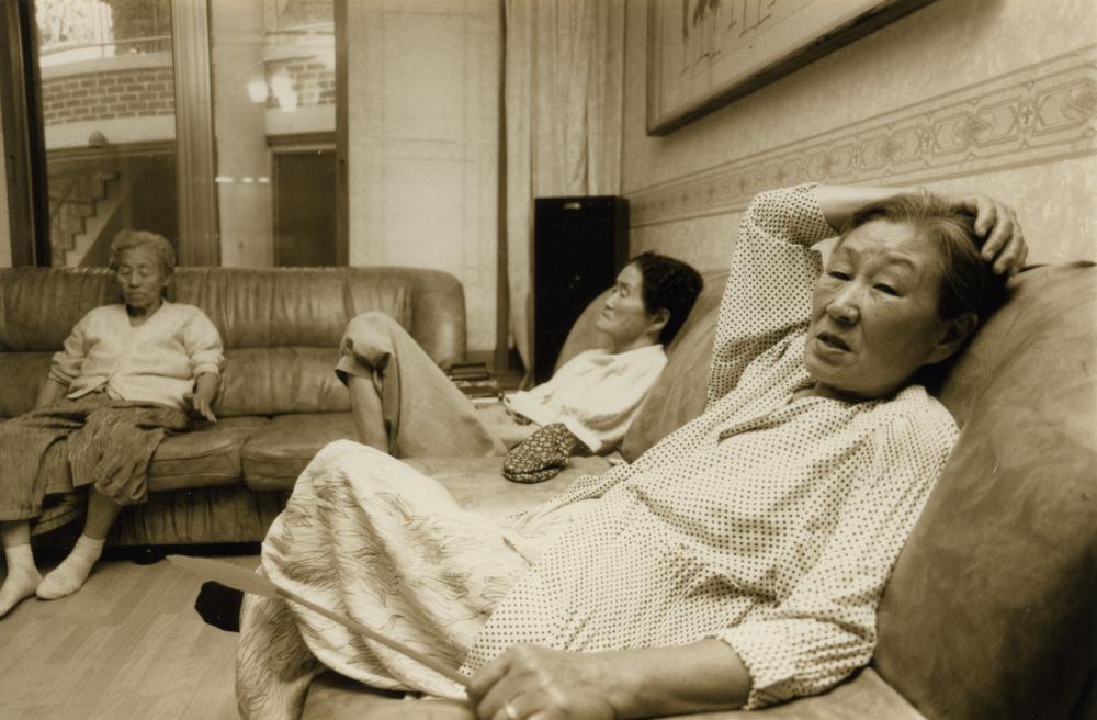 황옥임(왼쪽부터), 박두리, 김복동이 나눔의 집 안 소파에 둘러앉아 쉬고 있다.  (사진 제공 : 나눔의 집)