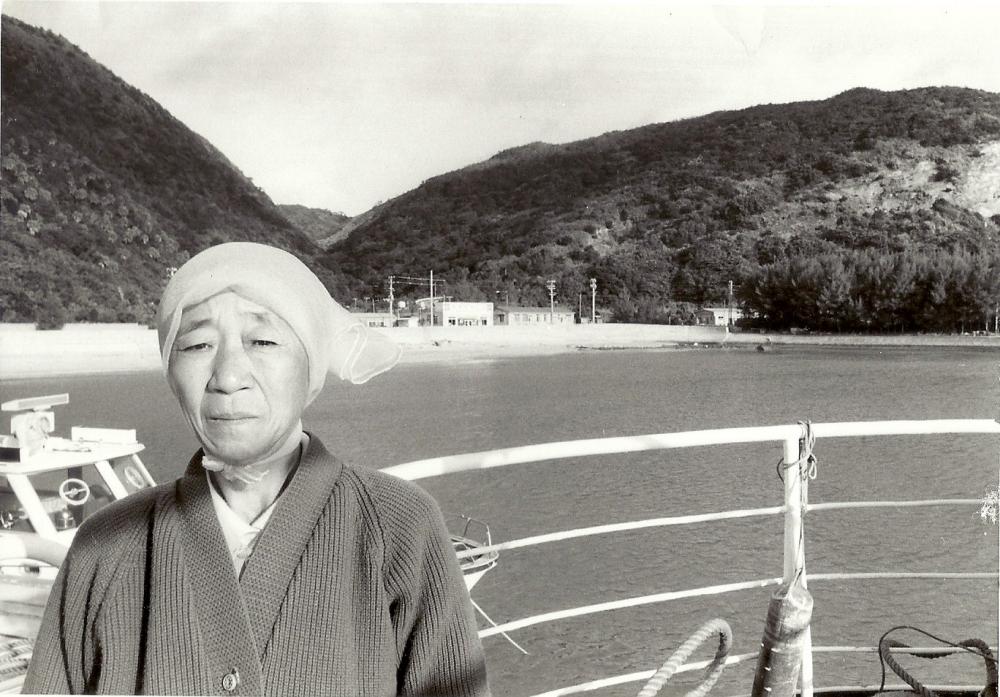 1979년 배 위의 배봉기. 사진의 배경은 도카시키 섬이다. ⓒ가와타 후미코