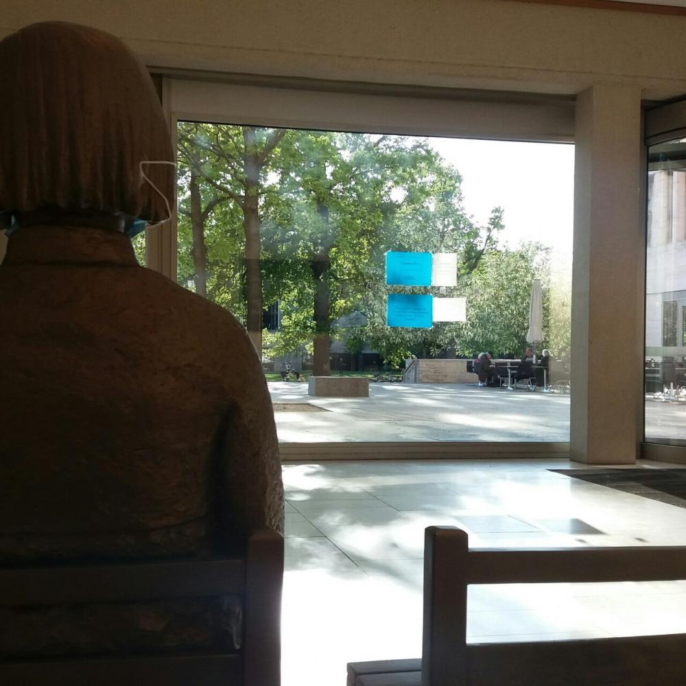 괴테대학교 사회학관 로비에서 전시되고 있는 '평화의 소녀상' ⓒ이은희
