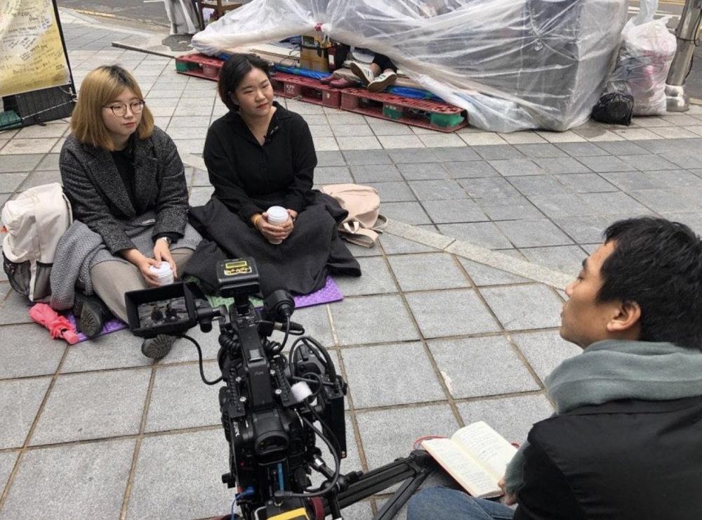 2019년 3월, 평화의 소녀상 근처에서 평화나비 대학생들을 인터뷰 하고 있다. (사진 제공: 송원근)