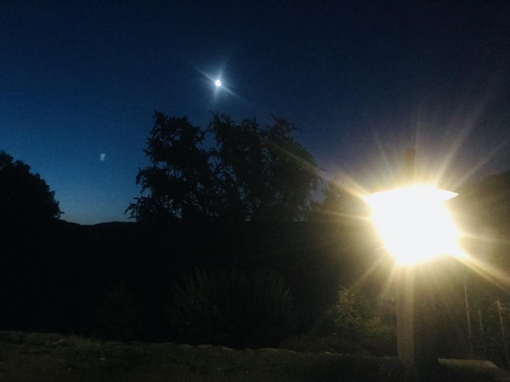2019년 5월 29일 새벽녘, 울산 통도사 백련암에 세워진 김복동의 석등이 새벽의 어둠 속에서도 빛나고 있다. (사진 제공: 송원근)