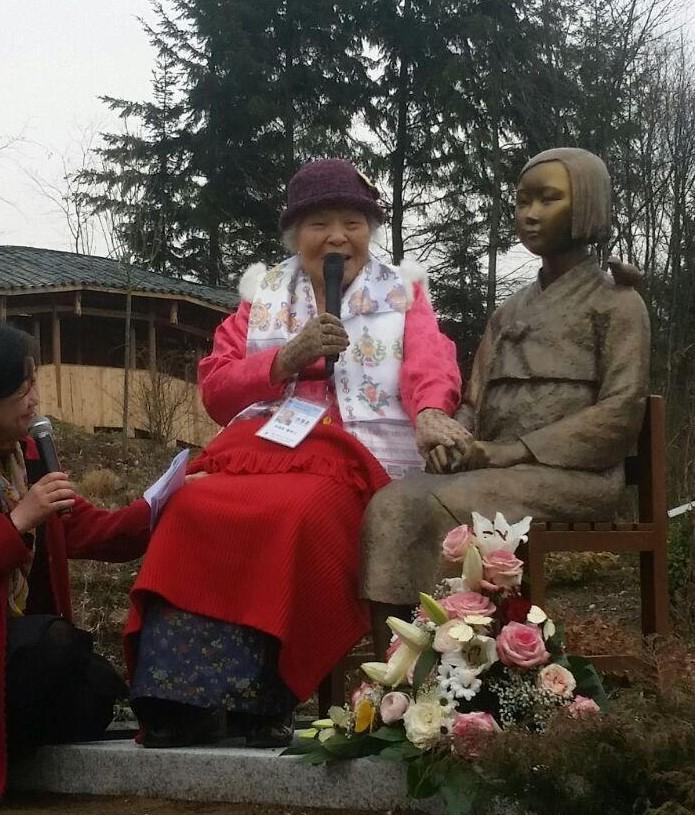 2017년 3월 8일 독일 비젠트 시 네팔-히말라야 파빌리온 공원에서 촬영한 안점순 할머니와 소녀상 ⓒ추용남