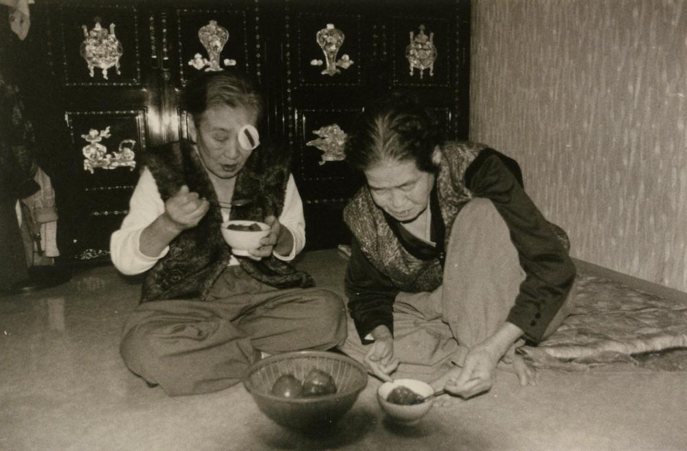 김복동이 나눔의집 방 안에서 박두리(오른쪽)와 함께 식사를 하고 있다.  (사진 제공 : 나눔의 집)