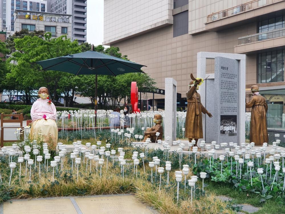왕십리광장에 있는 네 개의 동상 (사진 : 어효은)