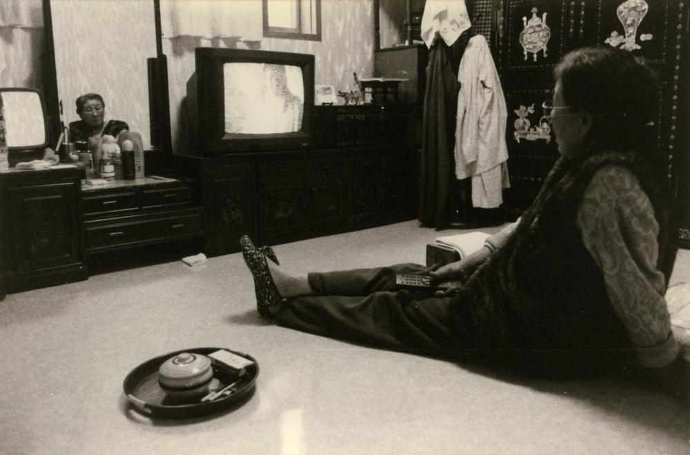 김복동이 나눔의 집 방 안에서 편하게 앉아 TV를 보고 있다.  (사진 제공 : 나눔의 집)